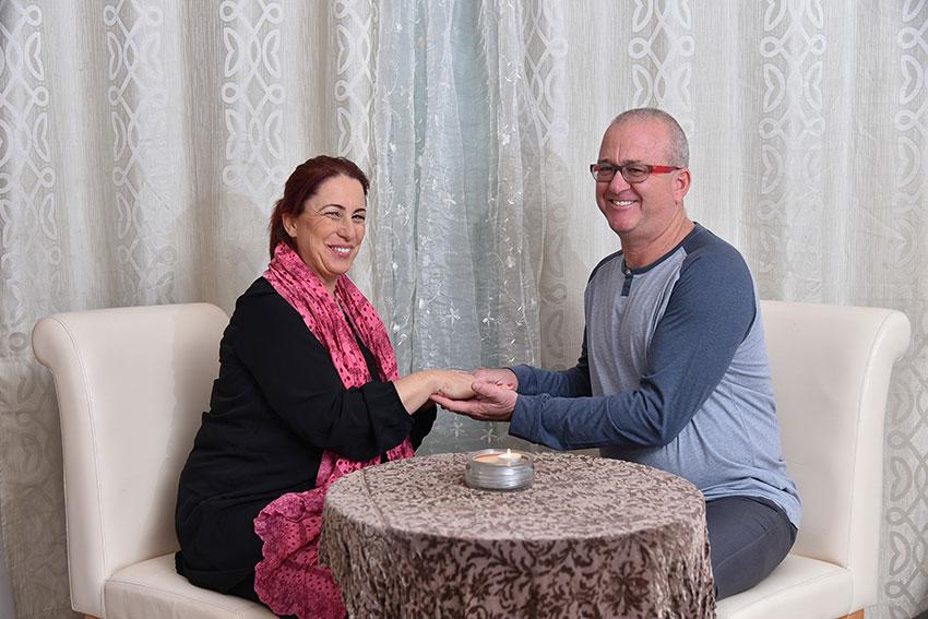 נוגה ואריאל טמיר מניחים בחיוך יד על ידי זה לזו | בשביל הזוגיות | טיפול זוגי טיפול מיני