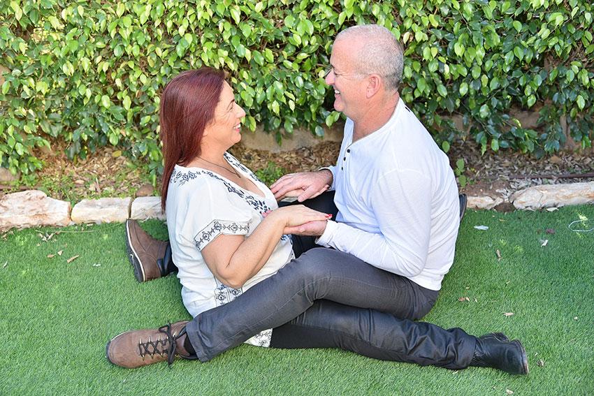נוגה ואריאל טמיריושבים על הדשא זה מול זו | בשביל הזוגיות | טיפול זוגי טיפול מיני
